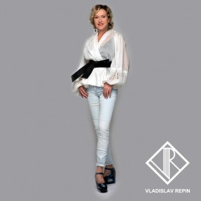 Ирина Розанова. Блуза с асимметричным драпированным воротником  из хлопчатобумажного батиста с отделкой из кружева