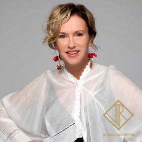 Ирина Розанова. Блуза асимметричного кроя из хлопчатобумажного батиста с отделкой из кружева
