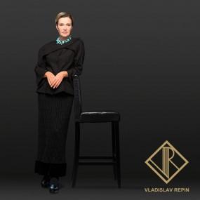 Ирина Розанова. Жакет с драпировкой из льна , юбка из хлопчатобумажного кружева с отделкой из шёлкового бархата и шёлкового атласа
